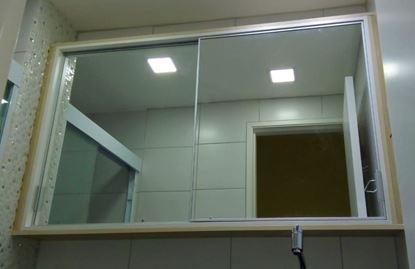 Armário para banheiro espelhado, com divisórias, corrediças telescópica e porta de correr.