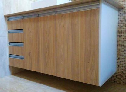 Gabinete para pia de banheiro, puxador de ferro, dobradiça com amortecedor e relevo em alto brilho.