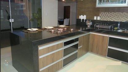 Cozinha em padrão amadeirado e porta de vidro